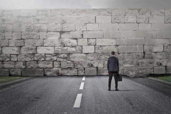 Gute Vorsätze, keine Umsätze, Mann vor einer Wand - Jakob Hager